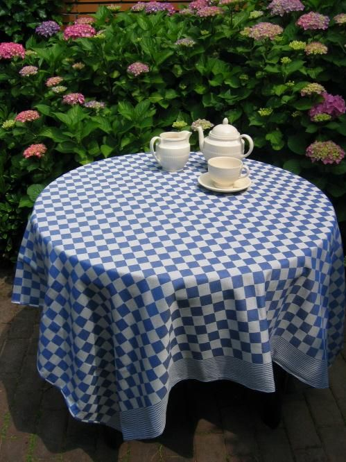 Pompdoektafelkleed voor ronde tafel. www.bellebien.nl
