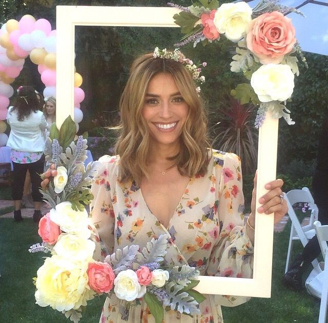 Love this floral frame Such a cute diy project for a photo booth