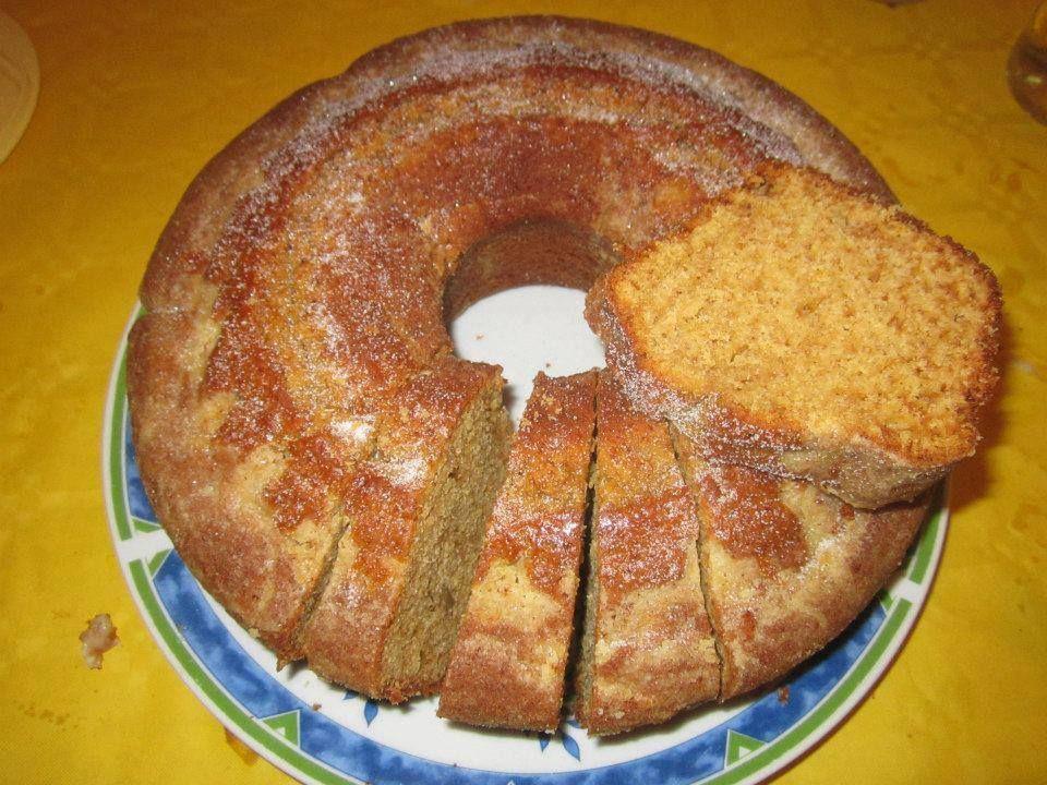 BOLO DE MEL INGREDIENTES 6 colheres (sopa) de mel 1 chávena de azeite 6 ovos 2 chávenas de açúcar amarelo 3 chávenas de farinha com fermento 1 colher de (chá) de fermento em pó 1 colher de (chá) de canela em pó 1/2 chávena de leite 1 Colher de (Chá) de café solúvel Bata as gemas com o açúcar, junte o café, canela, azeite, mel, leite, bata tudo bem. Envolva as claras batidas em castelo, ao preparado anterior, alternando, com a farinha misturada o fermento. Deite amassa numa forma com buraco…