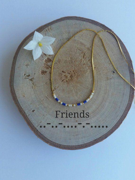Zarte Halskette mit Geheimbotschaft FRIENDS Morse-code Sie können die bunten Halsketten geheimen Morse Code Nachricht mit Ihren eigenen Nachrichten anpassen. LASS SIE DIR! COLECCIONALOS! Sie können unterschiedlich angepasst: mit Ihrem Namen, mit Ihrer ersten, mit Ihrem Spitznamen,
