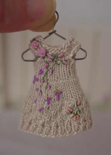 HAND Knitted Barbie//Sindy Dolls Cappello e sciarpa Set