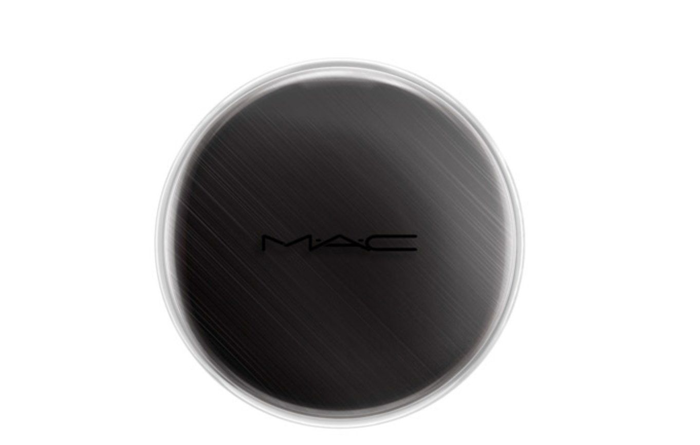 MAC Chromacake Black Black. Solid colour cake activated with water. Highly pigmented with an opaque matte finish. Sheers down easily. An amazing product for body painting and fake tattoos.