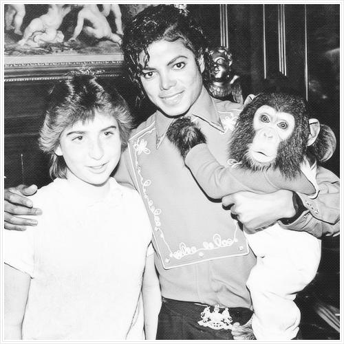 8 de marzo de 1986 -  Michael recibe en su casa de Encino a Donna Ashlock, una joven de 14 años que fue sometida a un trasplante de corazón unos meses antes, invitándola a pasar el día tras enterarse de que era una gran fan suya.