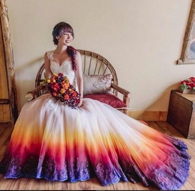 Wir LIEBEN dieses Regenbogen-Brautkleid!   Brautkleid, Braut und ...