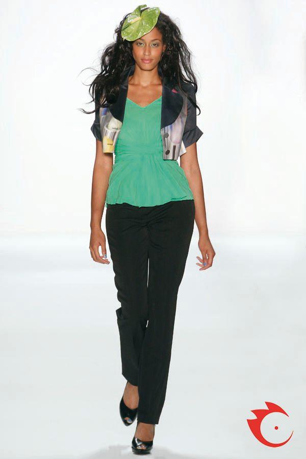 Anja Gockel - Trendige Kurzjacke mit Lipstickprint. Darunter ein leuchtendes Seidentop mit V-Ausschnitt. Beides kombiniert zur schmalen, schwarzen Baumwollhose.