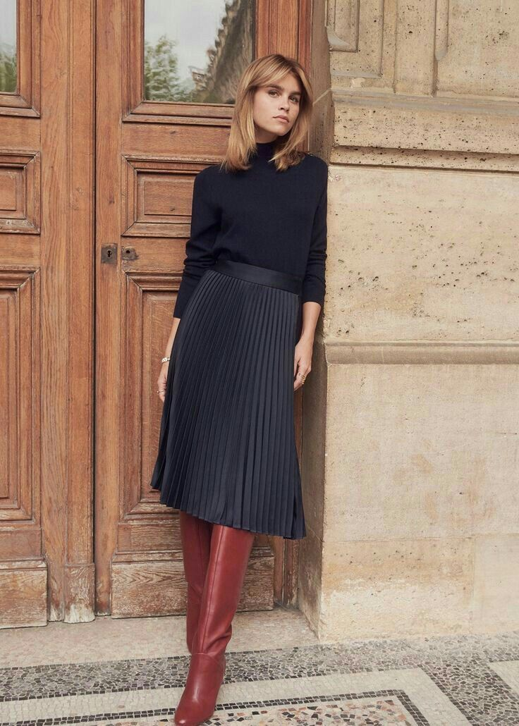 Boots with red heels, midi skirt in black linen, turtleneck in black fabric