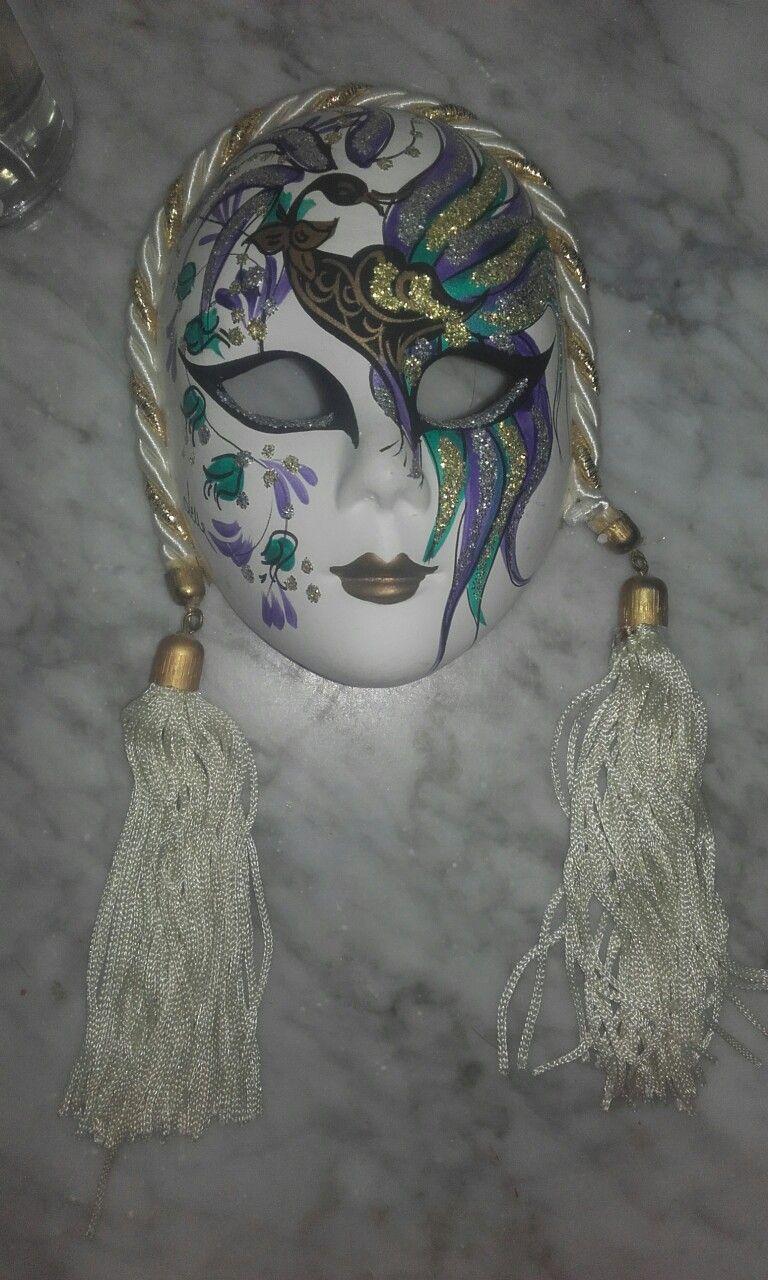 El carnaval de Venecia es único en el mundo y totalmente distinto al español. Dura unos 10 días, la gente se disfraza y sale a la calle a pasear y hacerse fotos, ya sea en desfiles organizados o improvisados. Las mascaras tienen una larga historia y son las verdaderas protagonistas de este carnaval. Además de conocer la historia y la cultura, los niños puedes divertirse haciendo su propia mascara.