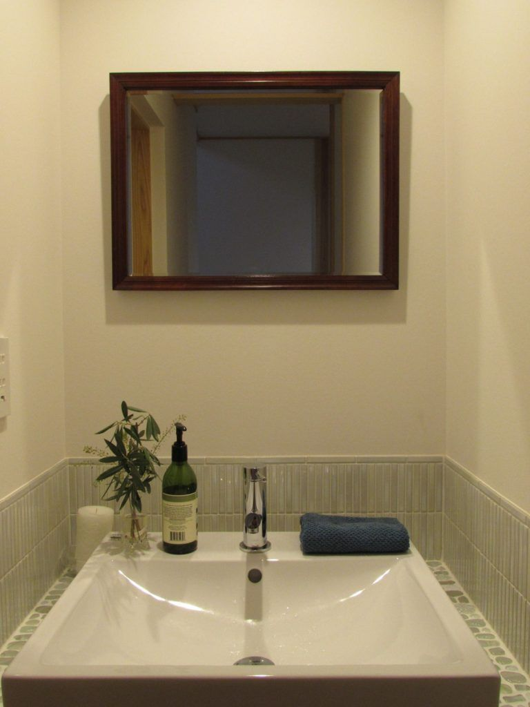 Diyで鏡を額縁に入れ 洗面台に取り付けたタイプです デザイン性の