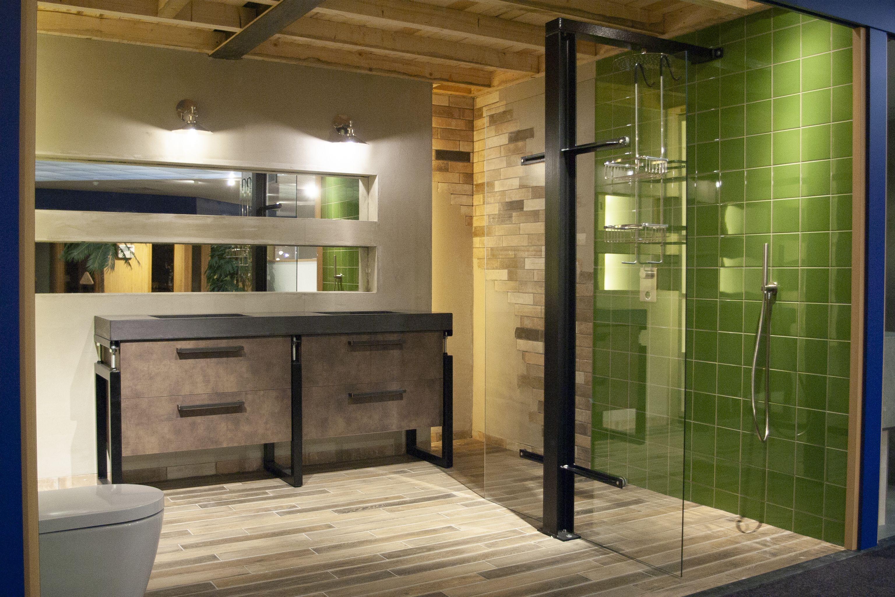 Volledig industriële badkamer, waarin dit badkamermeubel fraai ...