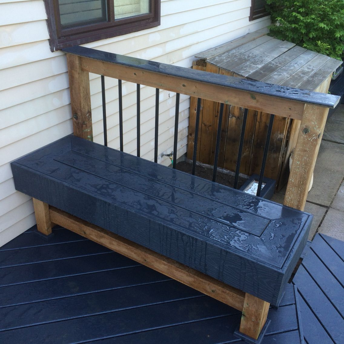 Composite deck bench seating and railing design | Deck in