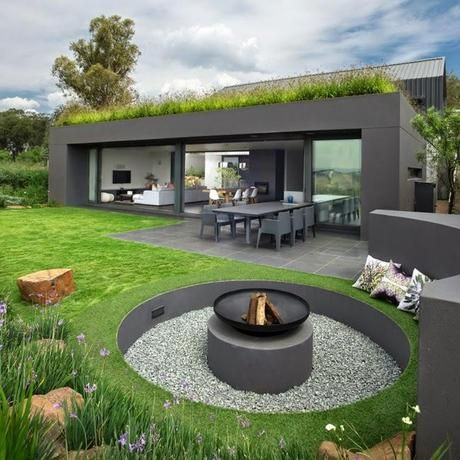 Casa moderna en la naturaleza casas gris jard n for Casa moderna jardines