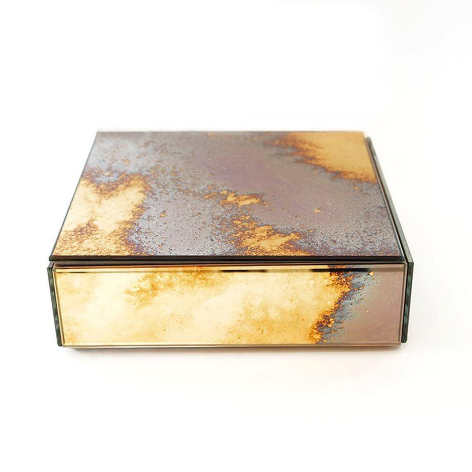 Antique Mirror  Innsiden er av solid eik, og boksene er av speilglass som er håndlagd med en spesiell oksideringsmetode.  Vær oppmerksom på at ingen bokser er like, alle mønstre er forskjellige.   Mål: H: 6 cm B: 20 cm L: 20 cm