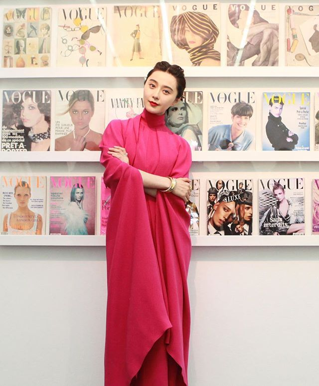 #ComingIntoFashion Our beautiful February covergirl #Fanbingbing poses with the legendary #VogueCovers at the private preview hosted by #AngelicaCheung to unveil the exhibition of photography at Condé Nast. @angelica_cheung @bingbing_fan #ComingIntoFashion Vogue服饰与美容三月刊封面明星#范冰冰 在#张宇 为康泰纳仕摄影展揭幕准备的私人预览上与#Vogue 的经典封面合影  via VOGUE CHINA MAGAZINE OFFICIAL INSTAGRAM - Fashion Campaigns  Haute Couture  Advertising  Editorial Photography  Magazine Cover Designs  Supermodels  Runway Models