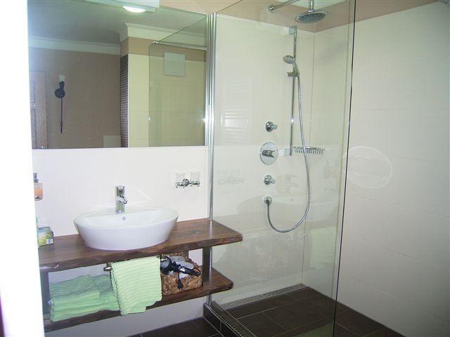 Ferienhof Dirnberg****und***** Amerang - Die begehbare Dusche mit - badewanne im schlafzimmer
