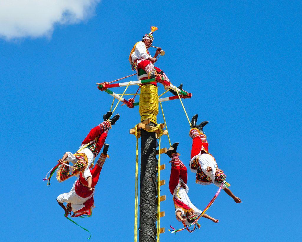 Voladores de Papantla - tradición del estado de #veracruz practicada desde México a Nicaragua originaria de los Huastecas, Nahuatls y Otomís...conoce #veracruz, #viajadiferente @todotrips.com