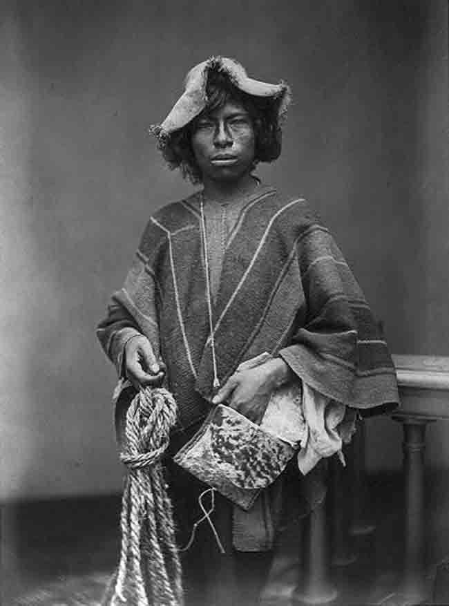 98b023cb0 Joven arriero peruano posa con su humilde vestimenta, sombrero, una ...
