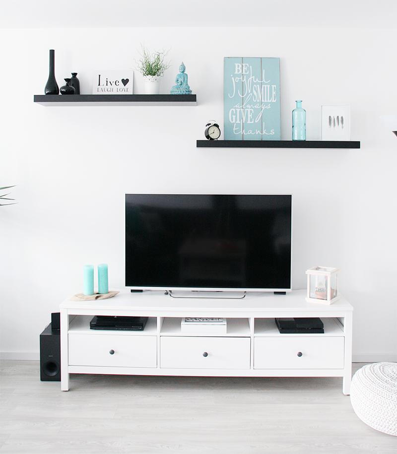 Ons Strakke Interieur Met Witte Tv Kast En Zwarte Planken