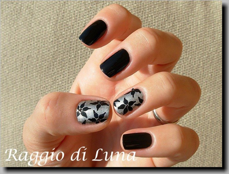 Raggio di Luna Nails: Black poinsettias on silver