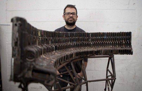 Artista mexicano convierte las armas confiscadas a narcos en instrumentos musicales creando nuevos sonidos