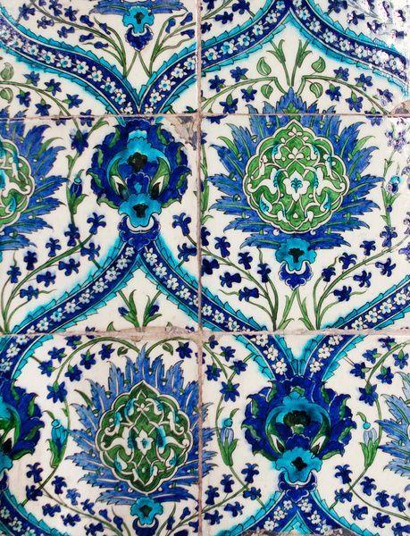 Blau-grüne Fliesen mit floralem Muster.