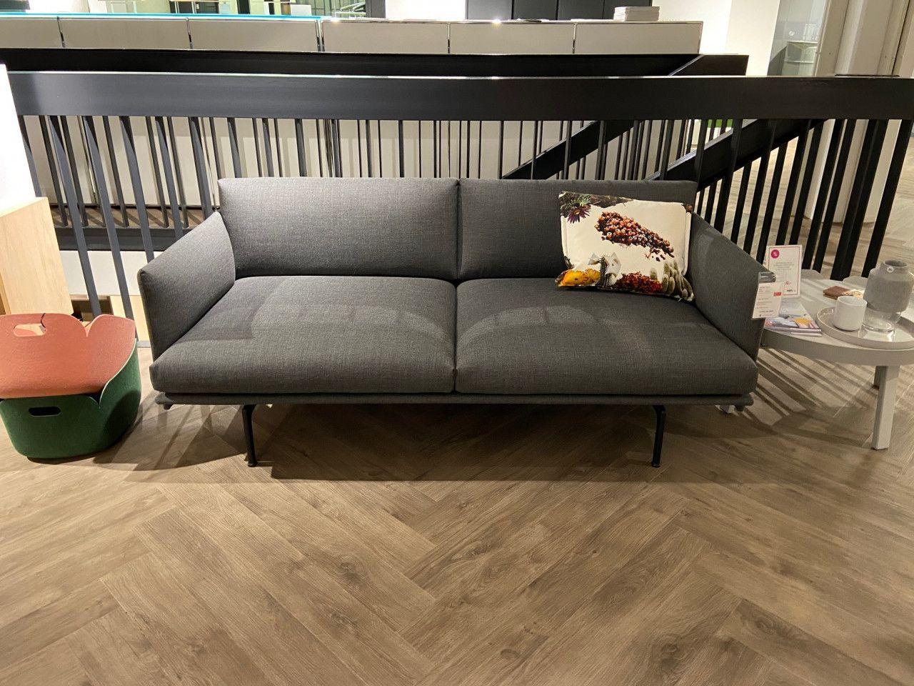 Das Outline Sofa Von Muuto überzeugt Designliebhaber Durch Seine Niedrigen Lehnen Und Die Vorgezogene Sitzfläche Di Innenarchitektur Möbeldesign Wohn Design