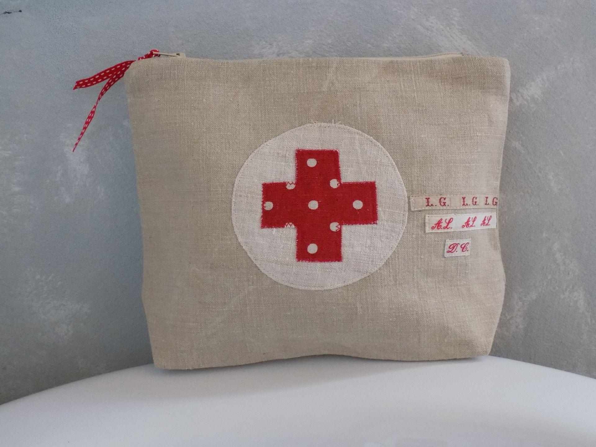trousse pharmacie vintage en drap de lin ancien croix en lin rouge pois trousses par rouge. Black Bedroom Furniture Sets. Home Design Ideas