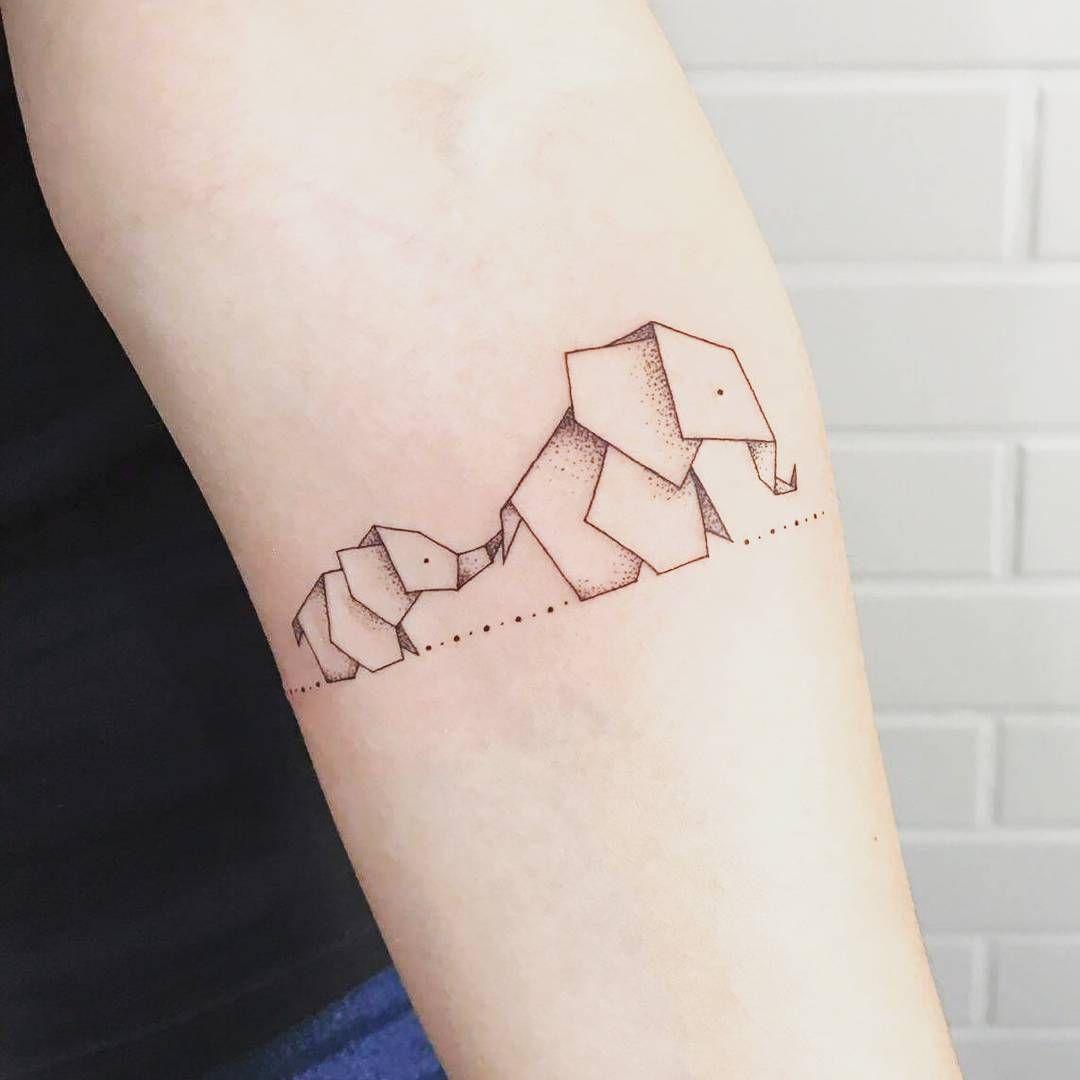 Mamãe desenhou a gente em forma de elefantes de papel ♡.♡ Obrigada @jesspaixaotattoo, você eh incrível ♡ #motheranddaugther #elephant #tattoo #origamitattoo #origami