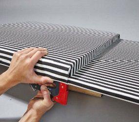 berziehen sie schaumstoff inklusive holzplatte mit stoff und tackern sie ihn von hinten fest. Black Bedroom Furniture Sets. Home Design Ideas