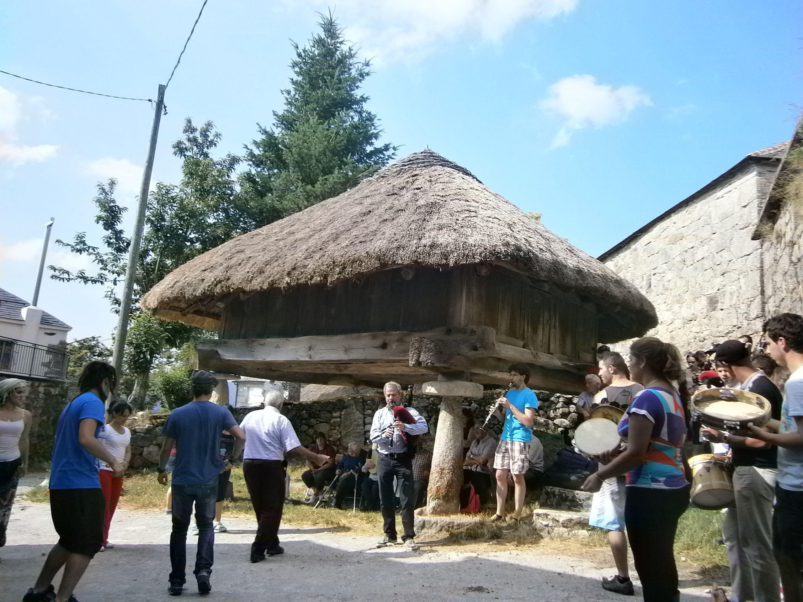 Nos recibieron entre danzas cantos e música tradicional. Piornedo, Galicia