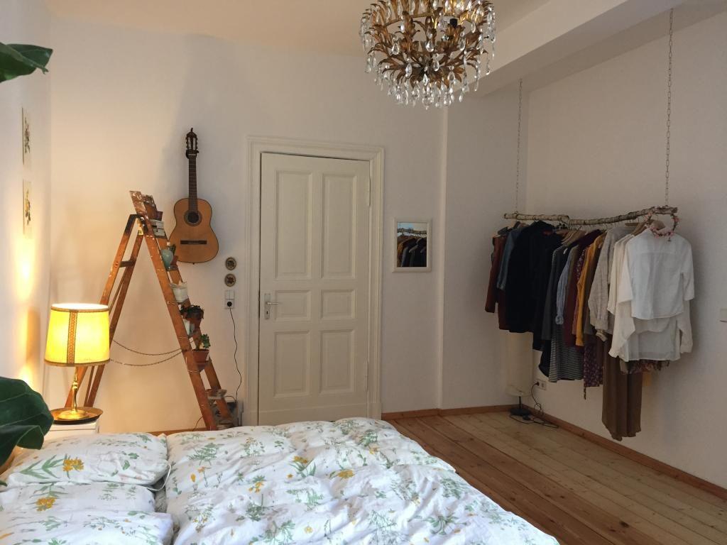 Gemütliches Schlafzimmer ~ Gemütliches schlafzimmer mit leiterregal und diy kleiderstange
