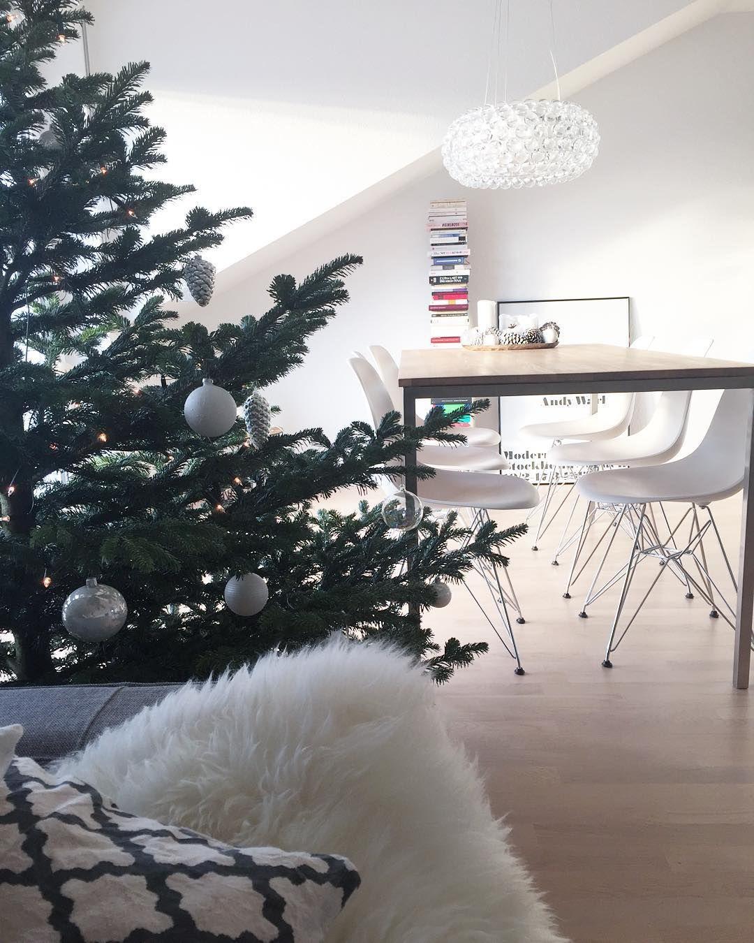 Aktueller Ausblick vom Sofa während die Kaffeemaschine aufheizt. Verrückt dass in zwei Tagen schon Heiligabend sein soll  Wir klappern dann heute auch endlich den Weihnachtsmarkt ab. Der macht schließlich danach zu  #goodmorning #livingroom #christmastree #decoration #interior #home #vitra #caboche