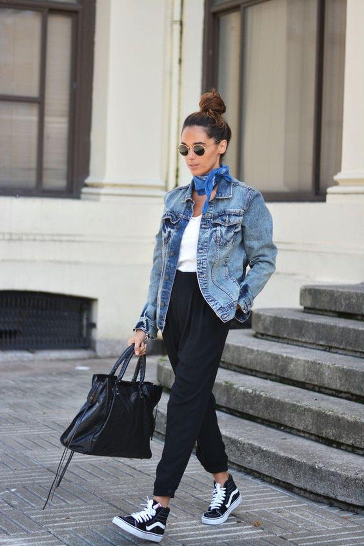 Chica usando pantalones negros con tenis blusa blanca y chaqueta de  mezclilla fac8763aea13