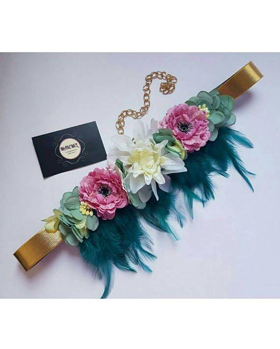 Cinturón dorado con plumas buganvilla rosa y flores púrpuras Cinturones  Dorados 1d74db4edd1b