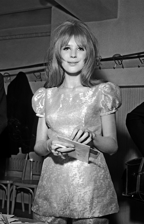 Marianne Faithfull opening fanmail backstage at San Remo Song Festival | January 1967