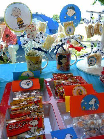 Canecas do Snoopy servem de enfeite na mesa