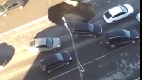 Quand la terre a faim, elle s'ouvre pour engloutir des voitures