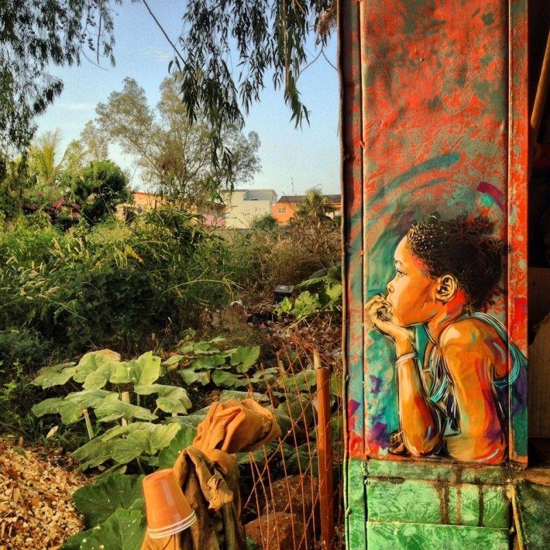 niña viendo al horioznte en donde se ve la selva