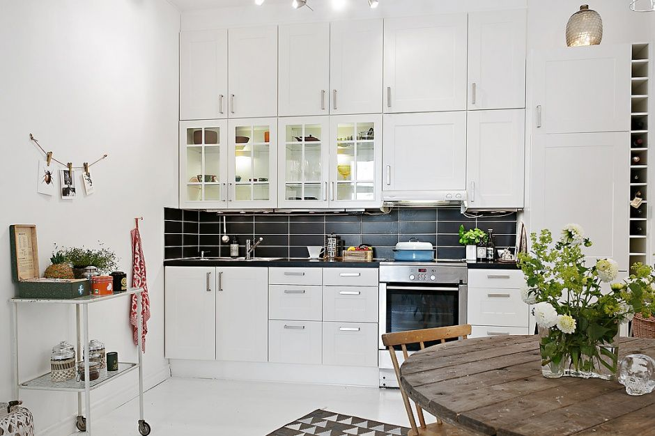 Charakteru Wykonczonej Na Bialo Kuchni Dodaja Kontrastujace Czarne Kafle Kitchen Inspirations Home Kitchens Kitchen Dining Room