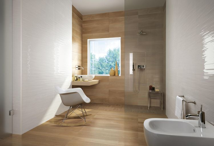 weiße glasierte Keramikfliesen und Fliesen in Holzoptik Badezimmer