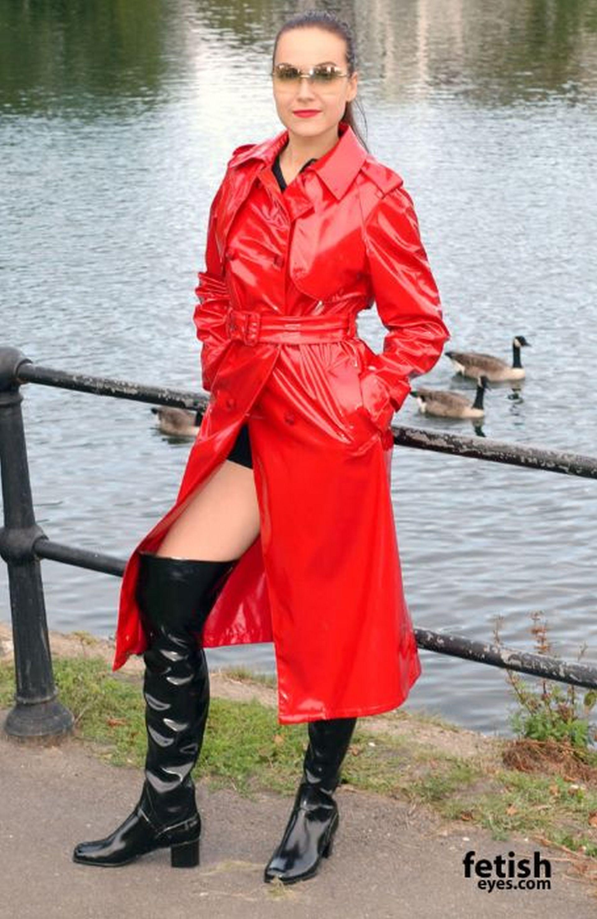 Roter Lackmantel | Rain wear, Red raincoat, Fashion