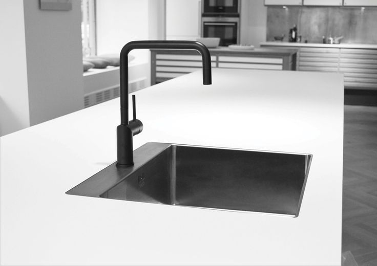 Nivito musta keittiöhana, Stalan musta allas.
