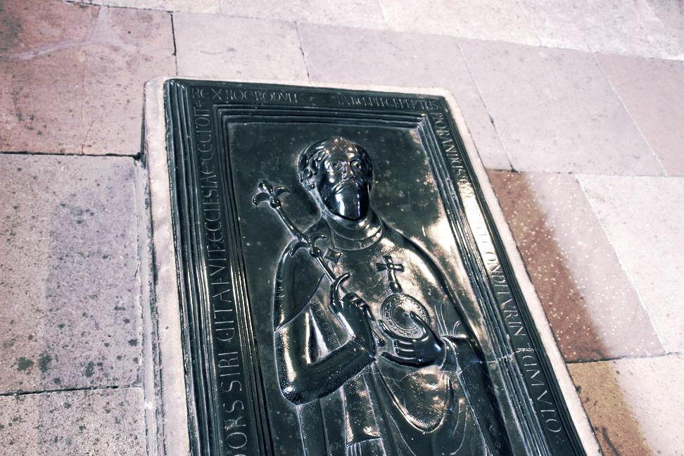 Ursprünglich vergoldete und mit Edelsteinen ausgelegte Bronzegrabplatte des Gegenkönigs Rudolf von Rheinfelden mit den Reichskleinodien.  #merseburg #merseburgerdom #fundstück #church #kirche #betriebsausflug #momentaufnahme