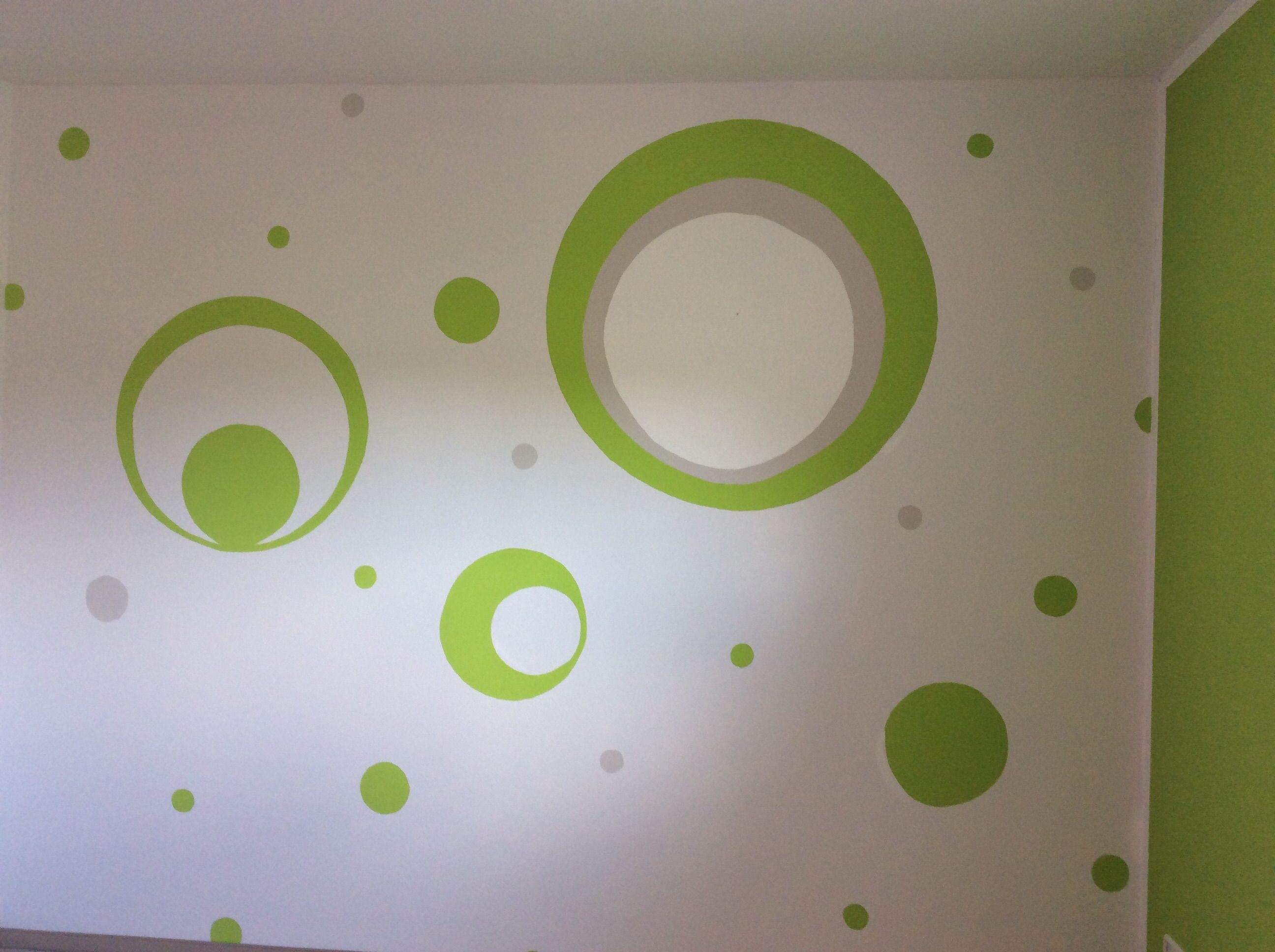 Kinderzimmer Wand Streichen, Grün, Grau, Kreise, Punkte
