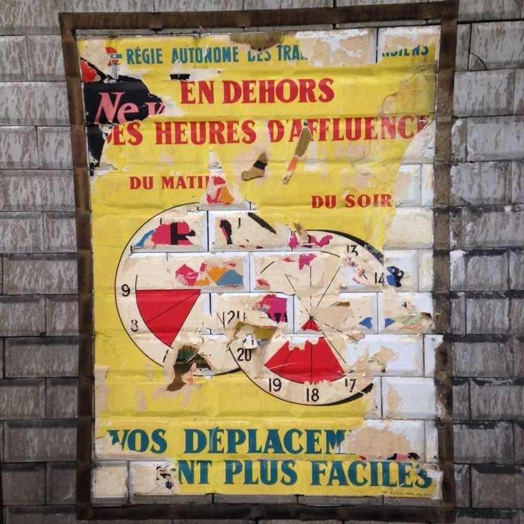 Ils découvrent des affiches des années 50 dans une station du métro ...
