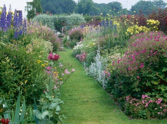 Une all e de jardin en pierres elle d coration - Jardin a l anglaise ...