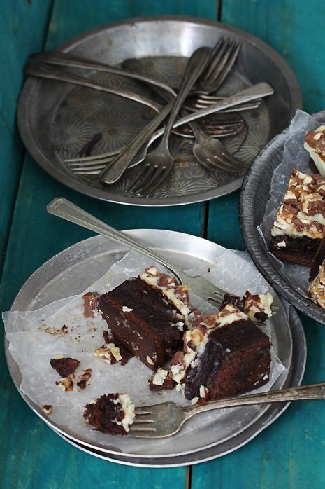 Snickers Cheesecake Brownies #snickerscheesecake The snickers cheesecake brownies and the photos are delicious! #snickerscheesecake