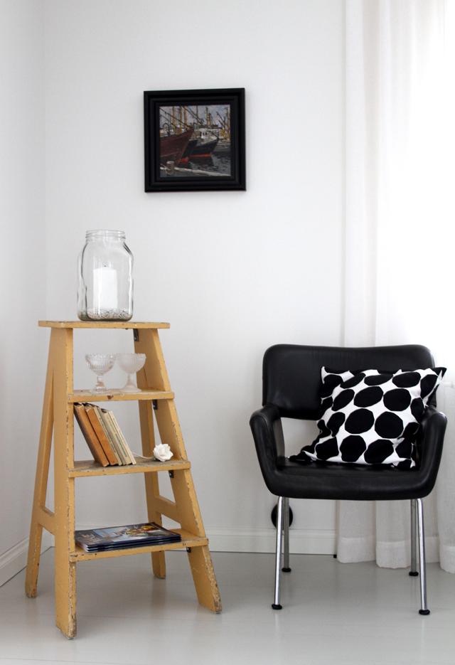 Olohuoneen nurkkaus, vanha tikasjakkara, Kukkapuron tuoli, Marimekon tyyny.  Livingroom corner, old kitchen ladder, Kukkapuro chair, Marimekko pillow