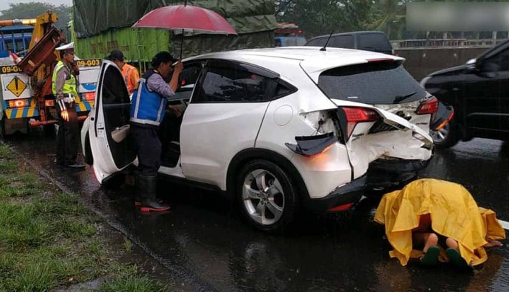 Sedangkan Truk Yang Berada Di Depan Dua Mobil Honda Hrv Dan Toyota Innova Itu Pergi Dari Lokasi Kecelakaan Dan Nomor Polisinya Belum Teriden Mobil Honda Toyota