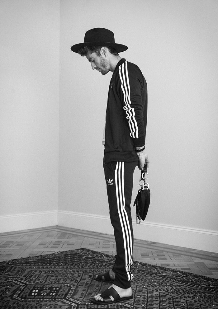 Adidas chandal, Etudes Hat, Dior Bolsa, Hermès sandalias y las pulseras