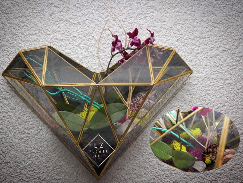 Terrario de corazón prisma con mini orquídea phalenopsis color vino, pieza de cuarzo blanco, ramas azul turquesa, musgo tratado magenta y verde limón para pared, este es un hermoso regalo original, es un diseño nuestro, $2400. #ezflowerart #alcachofaservices #prismheart #quartz #orchid #phalaenopsis #flowers #flowerstagram #diseñoespecial #flowerdesign #florist #mexicanflorist
